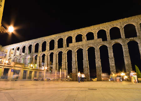 acueducto: Night view of famous ancient aqueduct in Segovia, Castilla y Leon, Spain.
