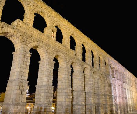 acueducto: Night view of famous ancient aqueduct in Segovia, Castilla y Leon, Spain.