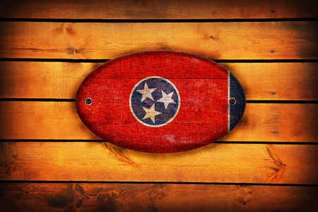 tennesse: bandera de Tennessee en tablones de madera de color marr�n. Foto de archivo