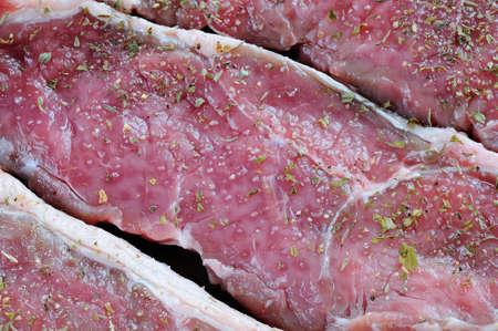 carne roja: Primer plano de la carne roja cruda con especias