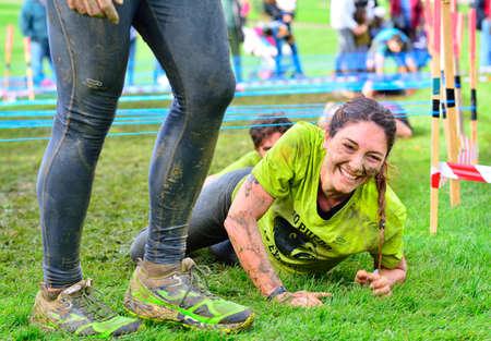GIJON, ESPAÑA - 31 de enero: Farinato Race, carrera de obstáculos extrema el 31 de enero, 2016, Gijón, España. Salto de la gente, que se arrastra, pasando por debajo de los alambres de púas o subir obstáculos durante la carrera de obstáculos extrema.