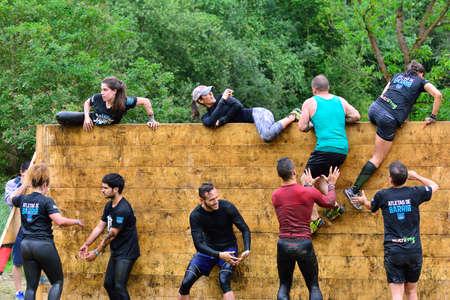 LA FRESNEDA, ESPAÑA - 2 de julio: Gladiador Race, carrera de obstáculos extrema el 2 de julio, 2016, La Fresneda, España. La gente saltando, arrastrándose, pasando por debajo de los alambres de púas durante la carrera de obstáculos extrema. Editorial