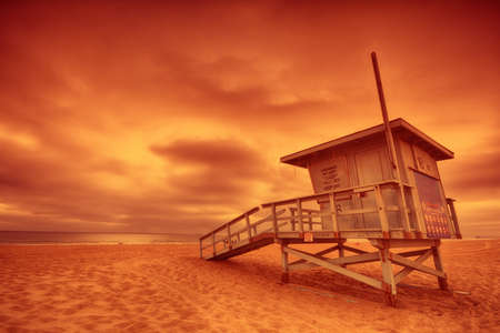 Lifeguard tower with the rosy afterglow of a sunset at Hermosa Beach, California 版權商用圖片 - 83873113
