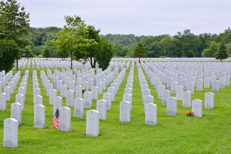 lincoln memorial: ELWOOD, ILLINOIS  USA - JULY 16: A small American flag honors the gravesite of World War II veterans and Vietnam veterans at Abraham Lincoln National Cemetery on July 16, 2017 in Elwood, Illinois. Editorial
