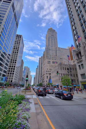 Chicago, IL - July 15, 2017: Traffic downtown Chicago on Michigan Avenue during rush hour. More than half a million people work downtown, and the streets are always busy with traffic during rush hour. Stock fotó - 88515947