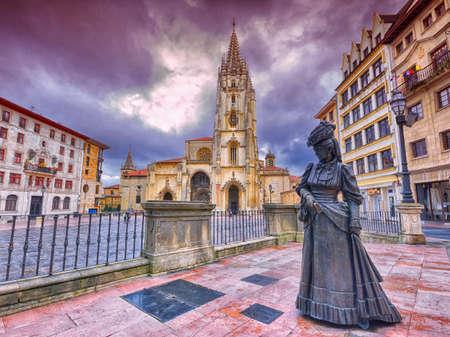 Kathedraal van San Salvador en het standbeeld van La Regenta. Oviedo, Asturië, Spanje. Stockfoto - 88952646