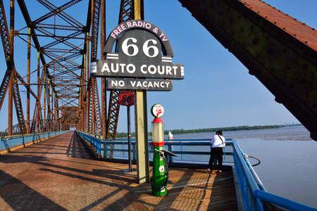 화강암 도시, 일리노이 -2010 년 7 월 17 일 : Route 66, 오래 된 역사적인 가스 미시시피 강에 오래 된 체인 바위 다리에.