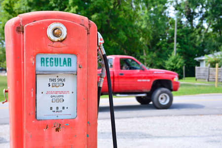 gallons: Cuba, Missouri, Usa - July 18, 2017: Old rusty american gas pump in Cuba, Missouri. Displaying the price in dollars and filling amount in gallons. Editorial