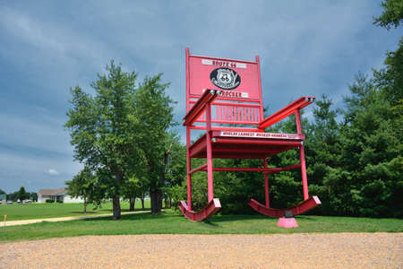 Fanning, Missouri - 18 juli 2017: De gigantische schommelstoel van de Fanning buitenpost-winkel aan de Route 66. Redactioneel