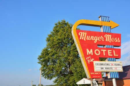 레바논, 미주리, 미국 -2011 년 7 월 18 일 : Munger 모스 모텔 및 역사적인 Route 66 Missouri에서 빈티지 네온 사인.