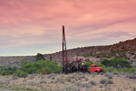 Groundwater hole drilling machine installed on the old truck.  in Arizona. Imagens