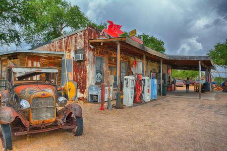 Hackberry, Arizona, USA - 24. Juli 2017: Die berühmte historische Route 66 Autobahn mit dem alten Gemischtwarenladen wird von Menschen aus der ganzen Welt besucht. Editorial