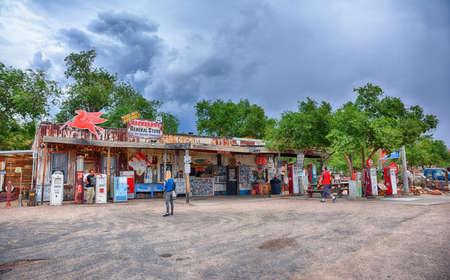 ハックベリー、アリゾナ州、アメリカ - 7月24、2017:古い雑貨店と有名な歴史的なルート66高速道路は、世界中の人々によって訪問されています。
