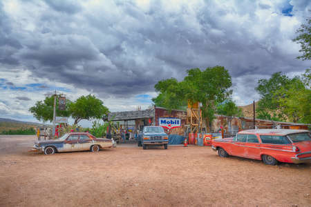 Hackberry, Arizona, Usa - July 24, 2017: The famous historic route 66 highway with the old general store is visited by people from all of the world. Éditoriale