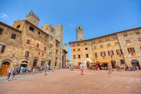 San Gimignano, Italie - 3 juillet 2018 : Vue panoramique de la célèbre Piazza della Cisterna dans la ville historique de San Gimignano par une journée ensoleillée, Toscane, Italie