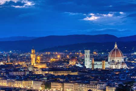 Duomo Santa Maria del Fiore y la torre del Palazzo Vecchio al atardecer en Florencia, Toscana, Italia Foto de archivo