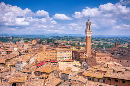 The Piazza del Campo with the Mangia tower in Siena town in the Tuscany region of Italy, Europe. Stockfoto