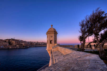 The guard tower Il Gardjola: Thе Gardjola Gardens in Senglea city. Views over Valletta, Grand Harbor. malt Stockfoto