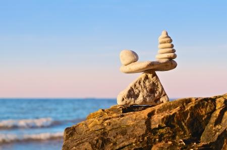 balanza en equilibrio: apilado de las piedras en la parte superior de la piedra pirámide