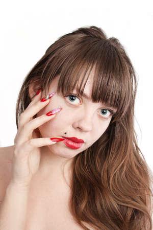uñas largas: Niña con clavos largos rojos y cabello hermoso, sobre fondo blanco
