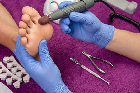 pedicura: Proceso pedicure primer plano, pies de pulido, irreconocibles personas