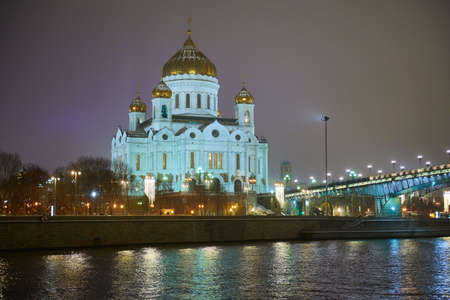 Night winter view to the Cathedral of Christ the Saviour from another side of river Standard-Bild - 93210205