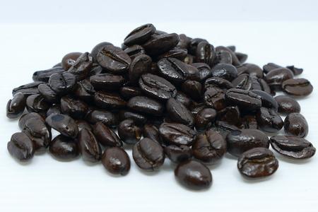 볶은 커피 콩 마시는 커피에 으깬 준비가.