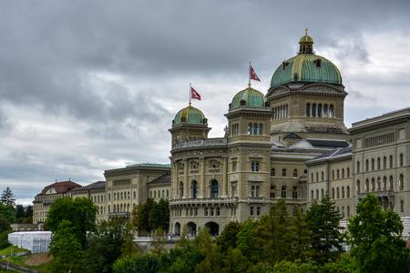 """Het indrukwekkende """"Bundeshaus"""" in Bern, Zwitserland met een bewolkte hemel Stockfoto - 80383430"""