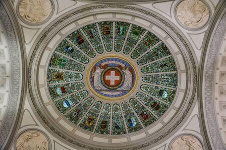 """Le drapeau suisse et les emblèmes de tous les cantons de Suisse au plafond du """"Bundeshaus"""" à Berne"""