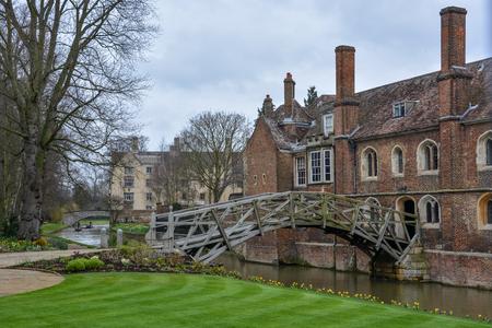 흐린 하늘 캠브리지, 영국에서 오래 된 수학 다리 스톡 콘텐츠