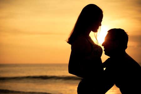 silueta masculina: pareja en el amor silueta de nuevo la luz en el mar en la hora del atardecer