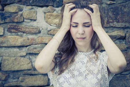 Porträt einer schönen jungen traurigen Mädchen, das nahe der Wand im Freien am Tag Zeit Standard-Bild - 44250882