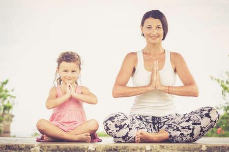 position d amour: Yoga. Jeune femme faisant du yoga exercice en plein air au moment de la journée.