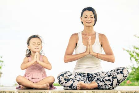 haciendo ejercicio: Yoga. Joven mujer haciendo yoga ejercicio al aire libre en el día.