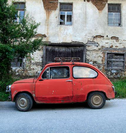 casa vecchia: Vecchia piccola macchina davanti a una vecchia casa in Macedonia