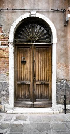 door bolt: Antigua puerta a conceptos diferentes: restauraci�n, la soluci�n, la construcci�n