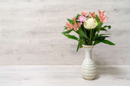 Colorful spring bouquet of rose, chrysanthemum and alstroemeria flowers in a vase 免版税图像