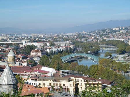 De vredesbrug en oude kerken in Tbilisi, hoofdstad van de Republiek Georgië