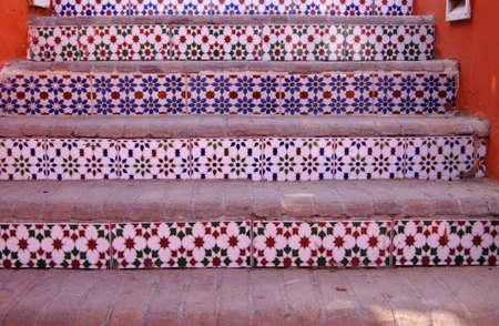 Binnenplaats van mediterrane villa met keramische tegels en de promenade en bloeiende struiken in Egypte Stockfoto