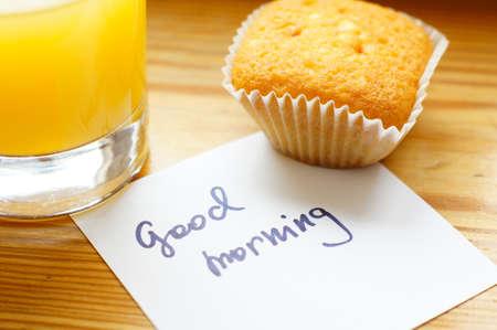 good health: Gezond ontbijt: verse jus d'orange en cupcake Stockfoto