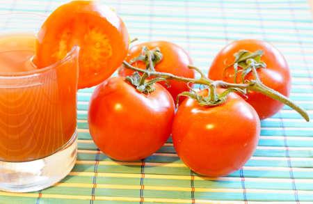 jugo de tomate: Breakfasr saludable: primer plano de jugo de tomate