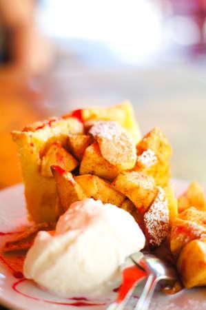 alamode: Apple pie and ice-cream on teh plate