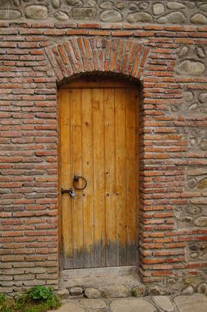 porte ancienne: Ancien porte et le mur de brique rouge