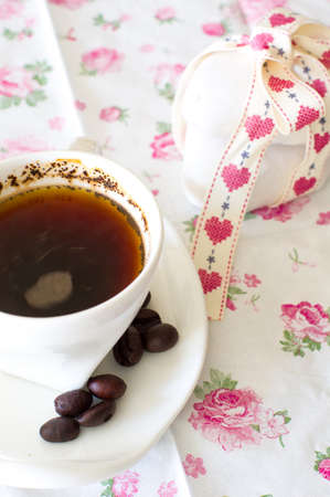 jamoke: Coffee cup with a sweets and fresh coffee beans on a brown