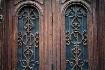 stucco facade: Porta in stile Art Nouveau con ferro forgiato a Tbilisi Old town, zona unrestored Archivio Fotografico