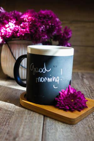 plato del buen comer: Tiempo de oto�o, las flores en el jarr�n y una taza de caf� sobre la mesa con la nota