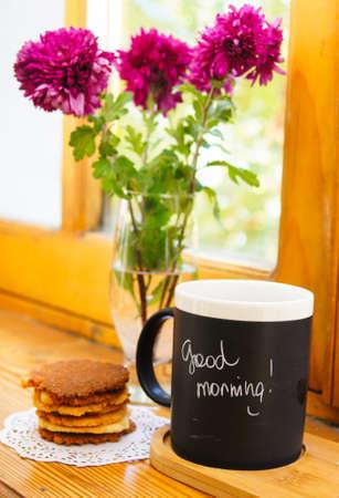 plato del buen comer: Tiempo de otoño, las flores en el jarrón y una taza de café sobre la mesa con la nota