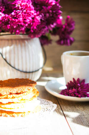 plato del buen comer: Autumn time, flowers in the vase and cup of coffee on the table with note