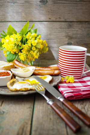 pomme: Lunch time with eggs and fried sausages