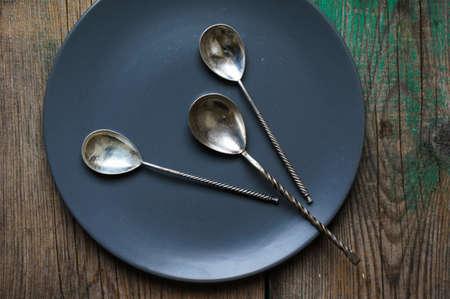 silverware: Los cubiertos de la vendimia en la vieja mesa de madera Foto de archivo